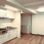 居間 オーク柄のフローリングのため、お部屋が明るく、どのような家具でも合わせやすいカラースキーム。照明は全てLEDになっています。