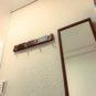 玄関 コート用のフックや、全身が見える「ミラー」も設置、お出掛け前に便利です。