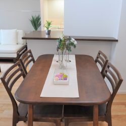 LDKは約12帖あり、4人掛けのダイニングテーブルを置いても、動線はしっかり確保出来る広さがあります。(居間)