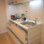 キッチン 吊戸があり、下部収納は「スライド式」、鍋やフライパンなど出し入れがし易いです。スリムフードでスッキリ