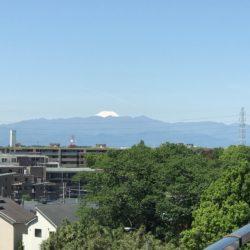 バルコニーから富士山が眺められます(天候によります。)前に建物が無く開放感があります!