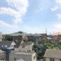 バルコニーからの眺望です、南東向き、丘の上に立地するため、開放感があり、空が広く感じられます。