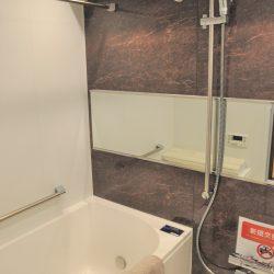 ウォルナット調のアクセントパネルが落ち着いたバスタイムを演出します。浴室乾燥・暖房機付き。(風呂)