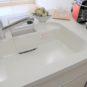 キッチン 天板と一体型のシンクのため、つなぎ目が無くお手入れが簡単です。ステンレスよりも水垢が付き難い仕様です