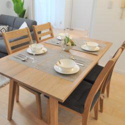 4人掛けのダイニングテーブルを置いても、動線のスペースは十分に取れています。(居間)