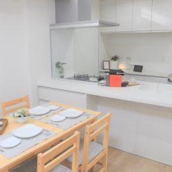 ★ホワイトを基調としたオープンキッチン、ガラススクリーンを採用し、明るく開放的な空間が特徴です。(居間)