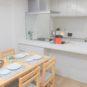 居間 ★ホワイトを基調としたオープンキッチン、ガラススクリーンを採用し、明るく開放的な空間が特徴です。