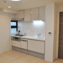 空室のためすぐにご覧になれます! 白を基調とした明るいダイニングキッチンです。(キッチン)