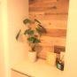 玄関収納はトール型タイプで収納力があります。写真や小物が置ける棚も設置済み。