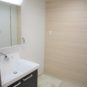 内装 水栓が壁面に設置されているため、水はねが軽減、お手入れがしやすい仕様です。シャワー水栓でさらに便利。