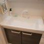 3面鏡の収納スペースがあり、一体型ボウルでお手入れがしやすい仕様です。シャワー水栓でさらに便利。